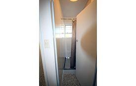 1-bedroom apartment shower