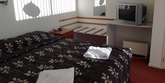 1-bedroom deluxe motel unit bedroom