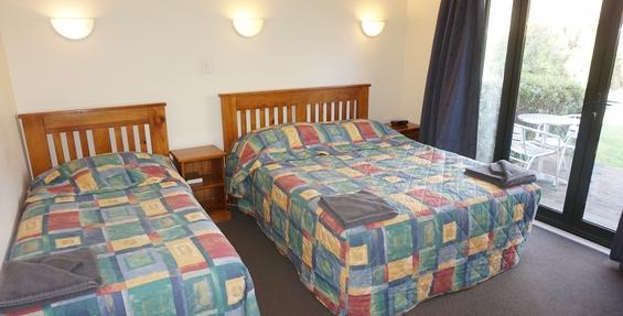deluxe 2-bedroom unit lounge