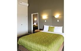2 single beds in bedroom