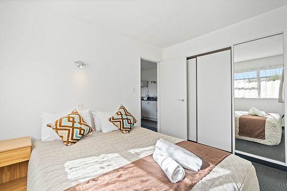 2-bedroom apartment queen-size bed