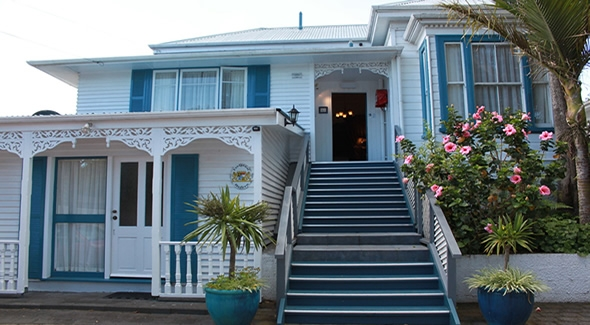classic bed and breakfast at 100-year-old kauri villa in Auckland