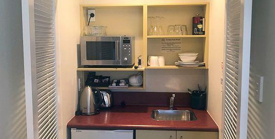 queen studio suite kitchenette