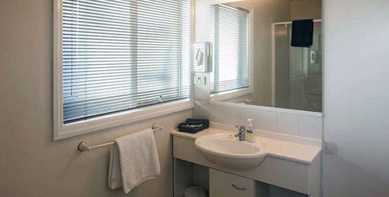 1-bedroom suite bathroom