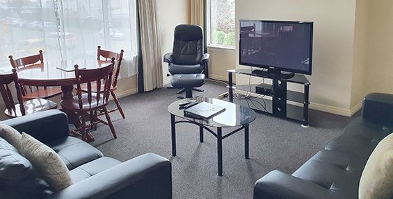 2-bedroom apt (a) lounge