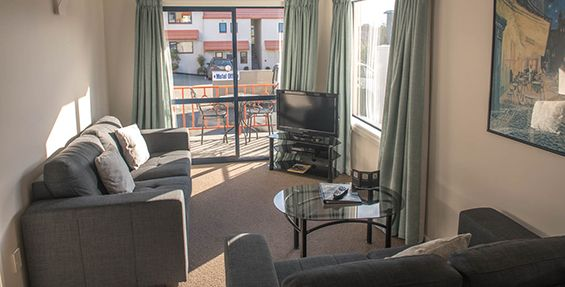deluxe 1-bedroom suite lounge