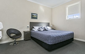 Studio unit with super king-size bed and ensuite bathroom