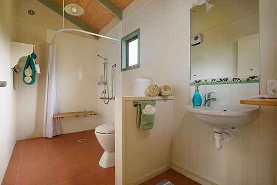 large bathroom of 1-bedroom cottage