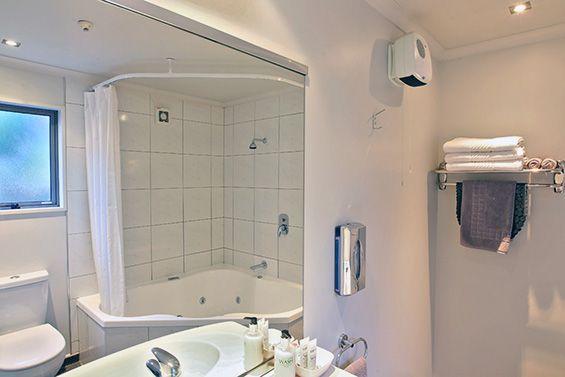 Spa Studio Suite bathroom