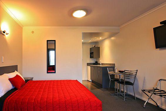 1-Bedroom Suite bed