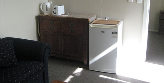 2-room cabin - toaster and jug