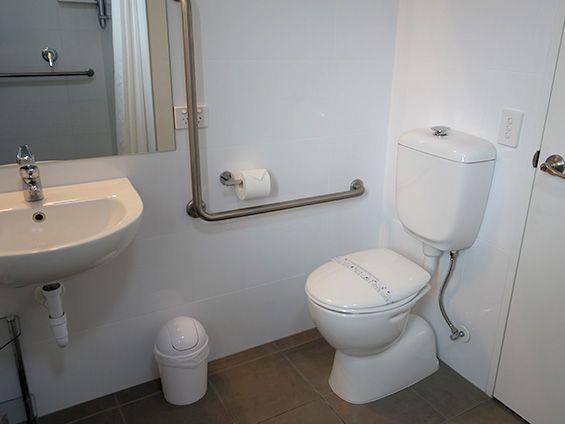 superior king studio (accessible) bathroom