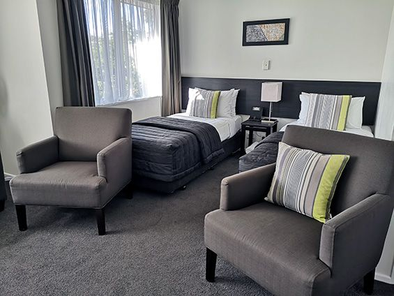 large 1-bedroom unit twin beds