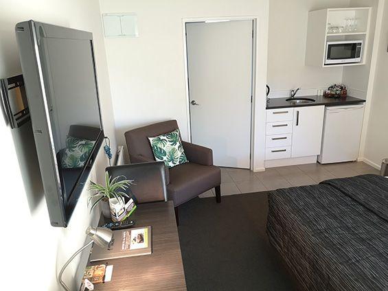 superior king studio (accessible) kitchenette